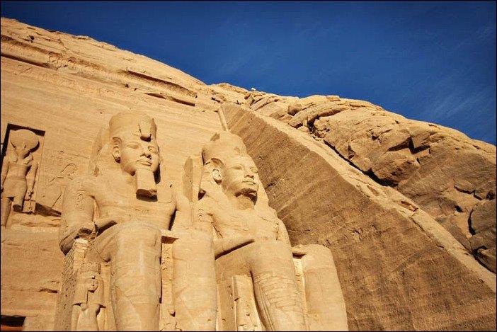 Abu Simbel, con las estatuas de Ramses II en una foto de Tamer Ewida.